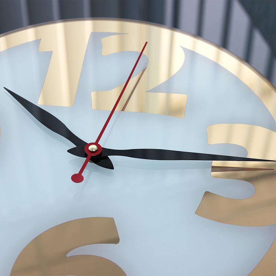 Часы с зеркальной пленкой вид сбоку