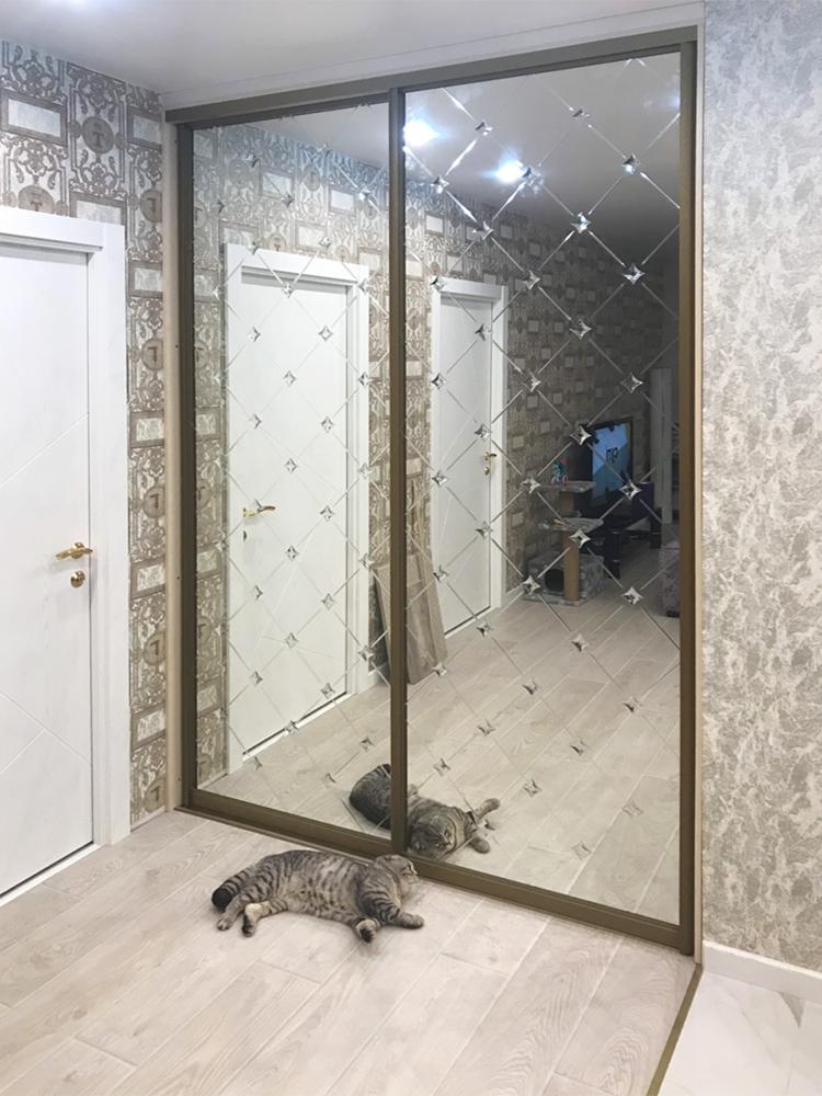 Зеркало с гравировкой и зеркальными элементами