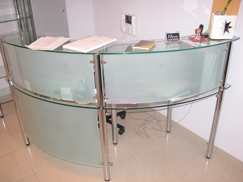Офисная стойка из стекла