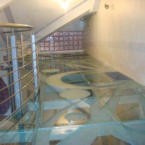 Стеклянный пол на втором этаже