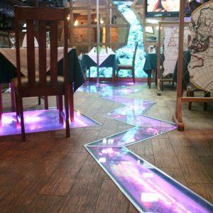 Стеклянный пол в кафе