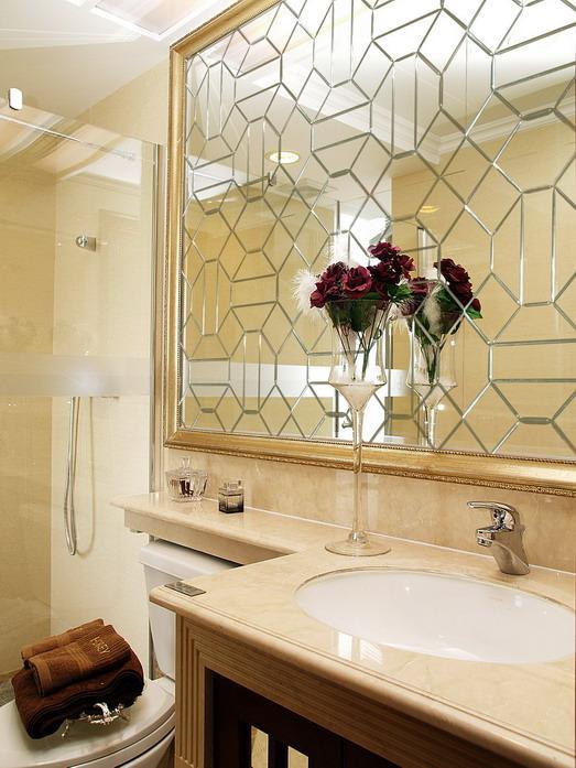 Зеркальное панно из маленьких зеркальных элементов