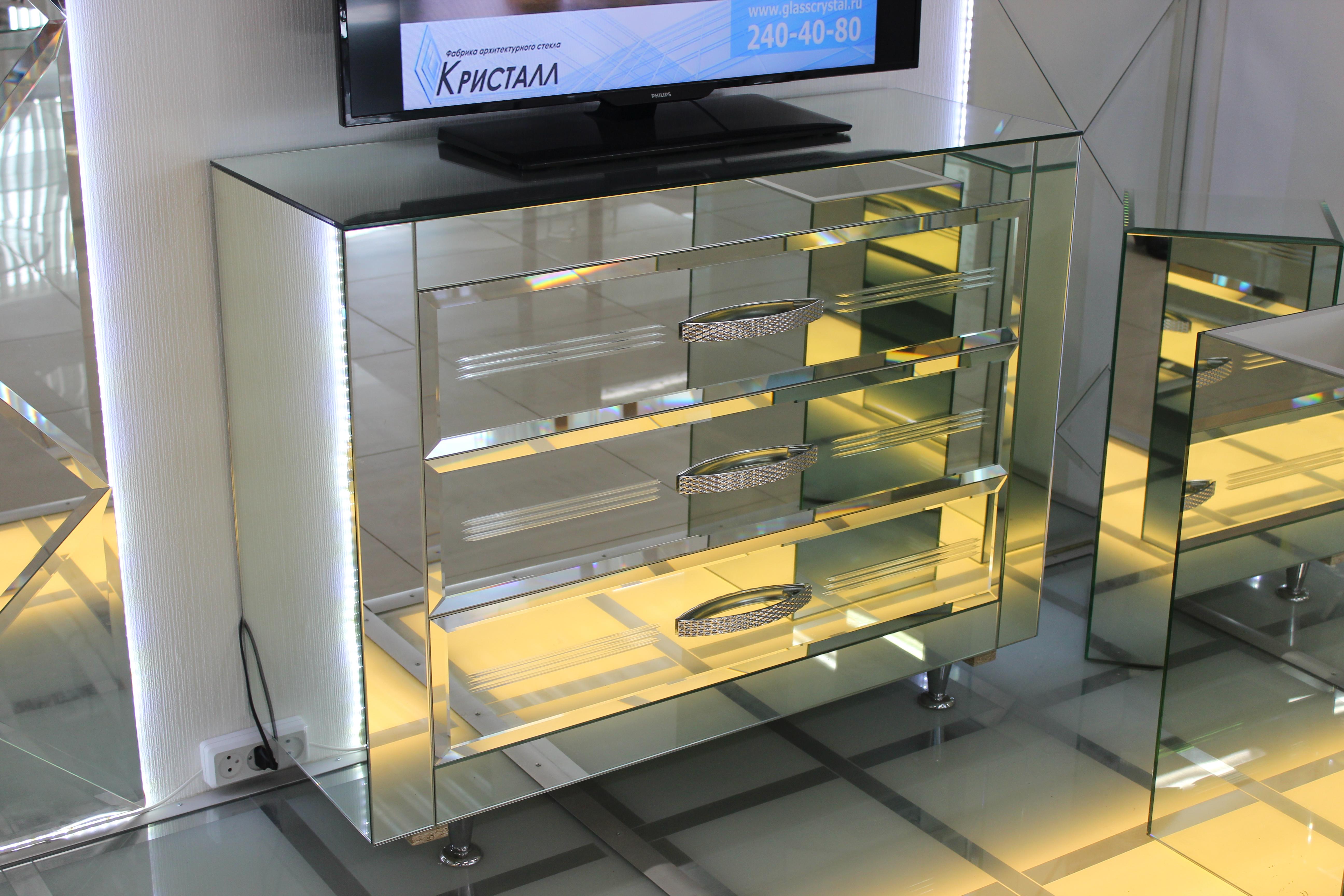 Комод, облицованный зеркалами